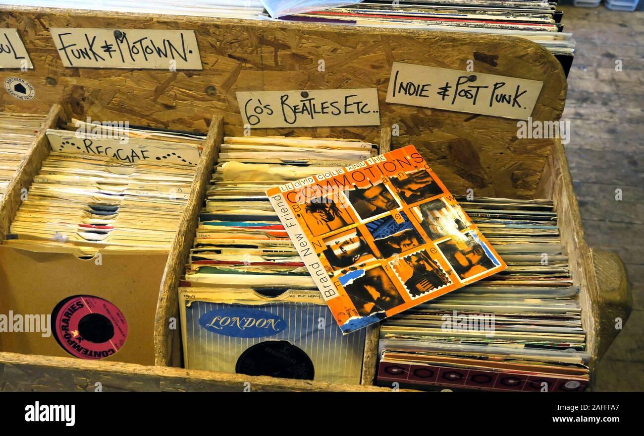 Dieses Stockfoto: Box aus Vinyl, 7inch Singles, in Papphüllen, London Records, Funk, Motown, Indie, Reggae, Post Punk, Platten, Musik - 2AFFFA