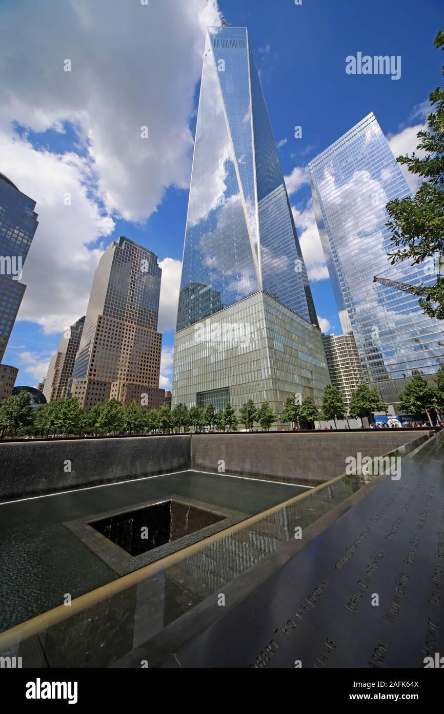 Dieses Stockfoto: 11. September - 0911 - National September 11 Memorial North Tower Fountain, mit Einem World Trade Center, Lower Manhattan, New York City, NY, USA - 2AFK64