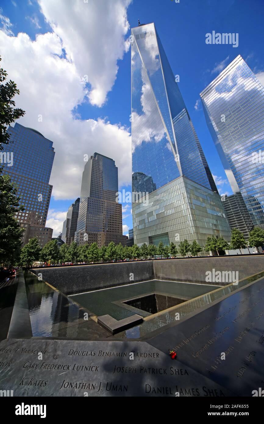 Dieses Stockfoto: 11. September - 0911 - National September 11 Memorial North Tower Fountain, mit Einem World Trade Center, Lower Manhattan, New York City, NY, USA - 2AFK65