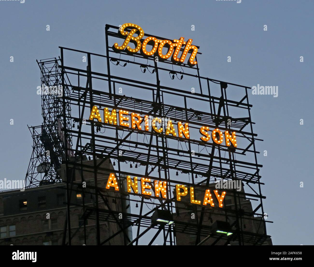 Dieses Stockfoto: Neon-Schild oben auf dem Theater in Gelb, Stand, American Son, A New Broadway Play, New York City, NY, USA - 2AFK65