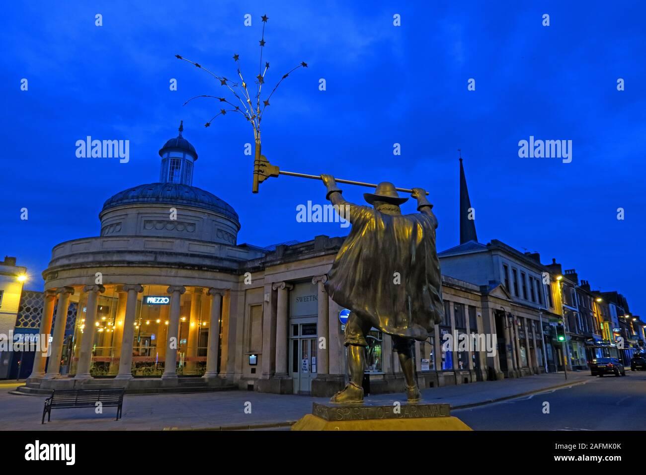 Dieses Stockfoto: Die Spirit of Carnival Statue und alter Marktplatz, Bridgwater Town Center, Sedgemoor District Council, Somerset, Südwestengland, Großbritannien - 2AFMK0