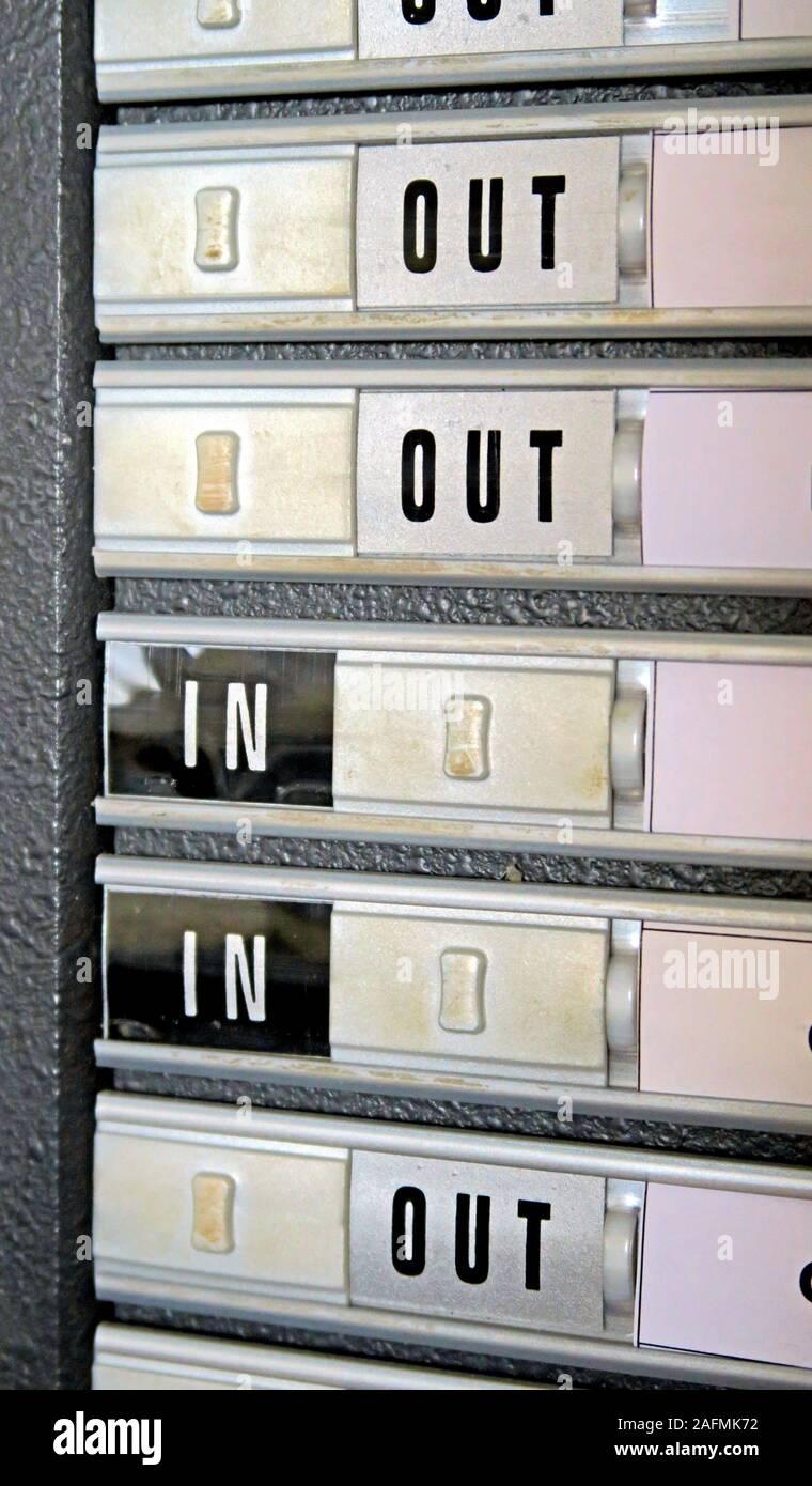 Dieses Stockfoto: Anzeige für ein-/Ausgehen des Büropersonals, Büroumgebung, Schieberegler - 2AFMK7