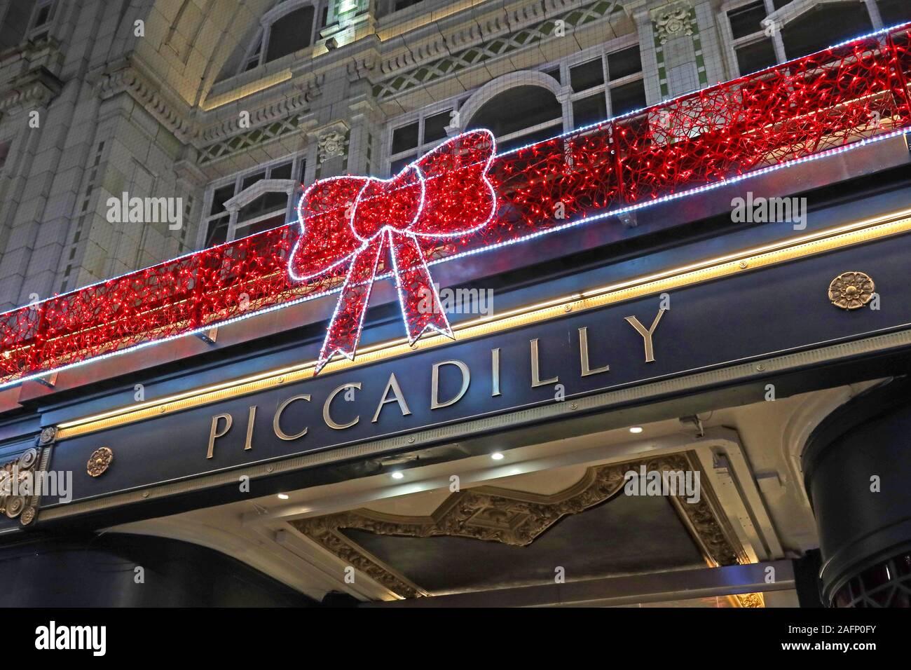 Dieses Stockfoto: Piccadilly Arcade, New Street, Birmingham, West Midlands, England, UK-Einzelhandelsgeschäfte zu Weihnachten - dekorativer Schleife - 2AFP0F