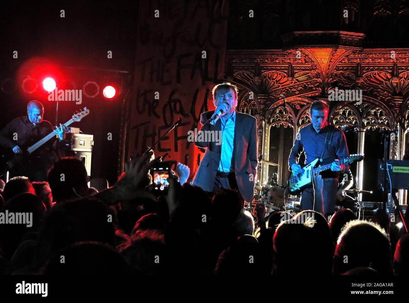 Dieses Stockfoto: Mark E Smith & Herbst 15/05/2014 Kathedrale von Manchester gig-Simon Archer, Mark. E. Smith, Peter Greenway Gitarrist & Elena Poulou Tastatur - 2AGA1A