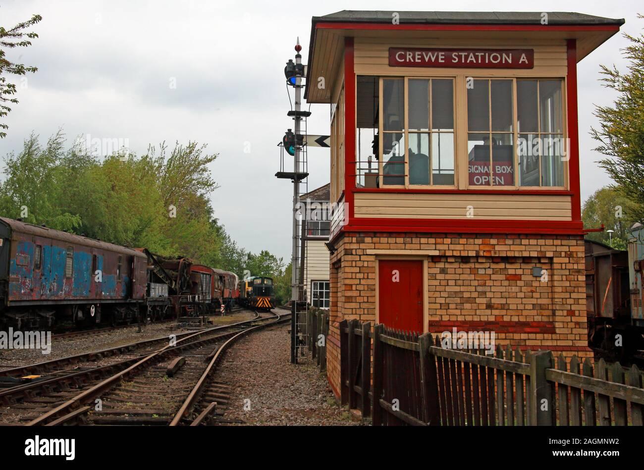 Dieses Stockfoto: Crewe Station EIN Signalkasten und eine Zweigleitung, Crewe arbeitet - 2AGMNW