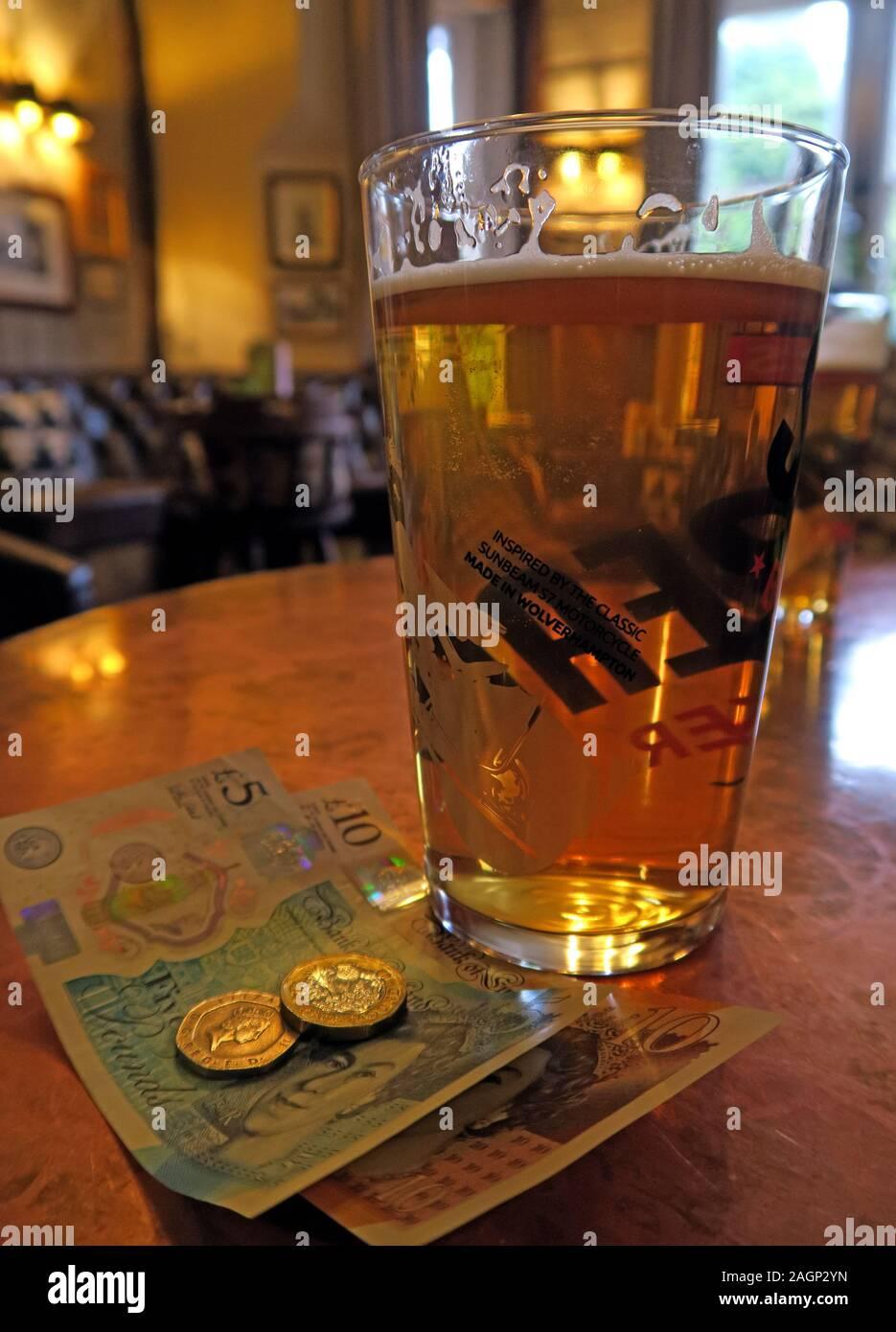 Dieses Stockfoto: Pint Bier, UK Sterling Geld, englische Banknoten, Bargeld - 2AGP2Y