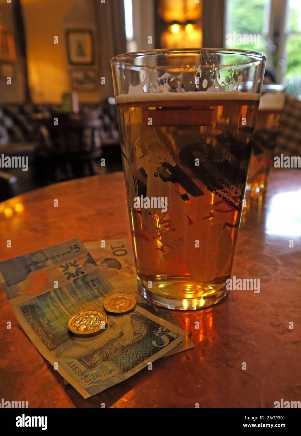 Dieses Stockfoto: Bier, UK Sterling Money, Schottland, Scottish Money, Schottische Noten - 2AGP30