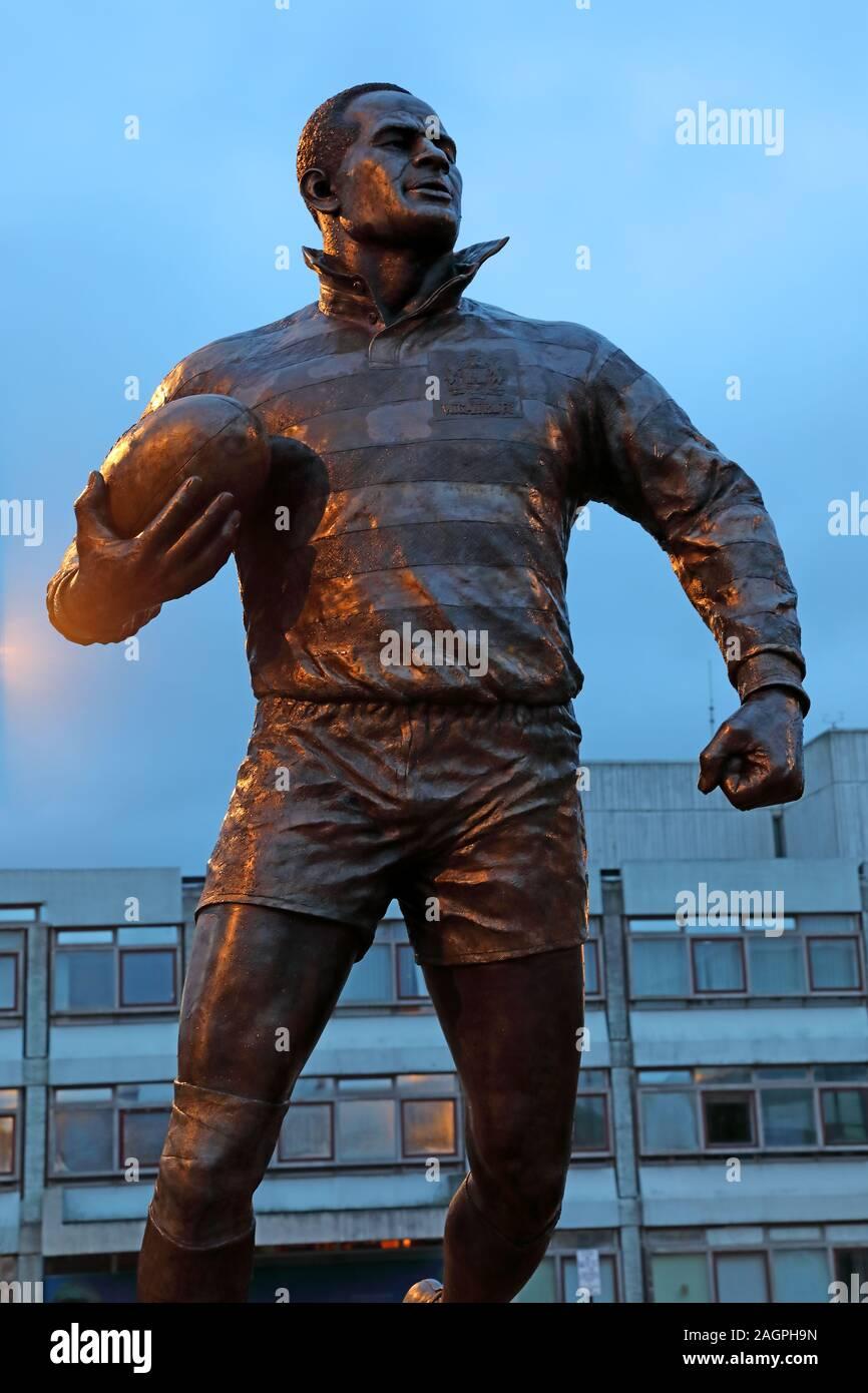 Dieses Stockfoto: Billy Boston statue MBE, die Wiend, Wigan Stadtzentrum, Greater Manchester, England, UK, WN1 1YB in der Dämmerung (William John Boston) - 2AGPH9