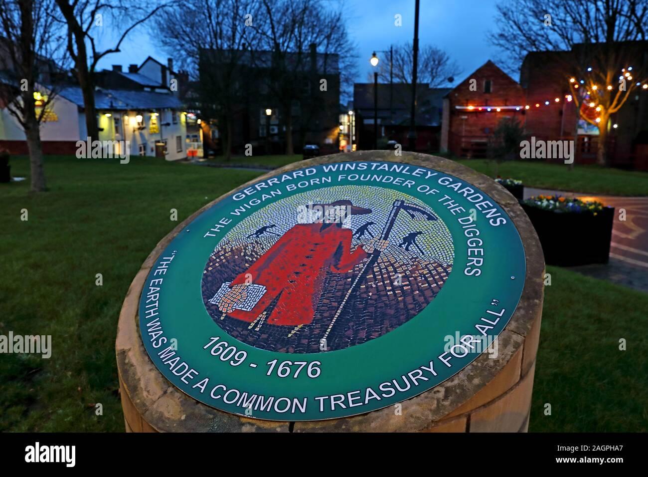 Dieses Stockfoto: Gerrard Winstanley Gärten, Wigan Gräber, die Wiend, Wigan Stadtzentrum, Greater Manchester, England, UK, WN1 1YB in der Dämmerung - 2AGPHA