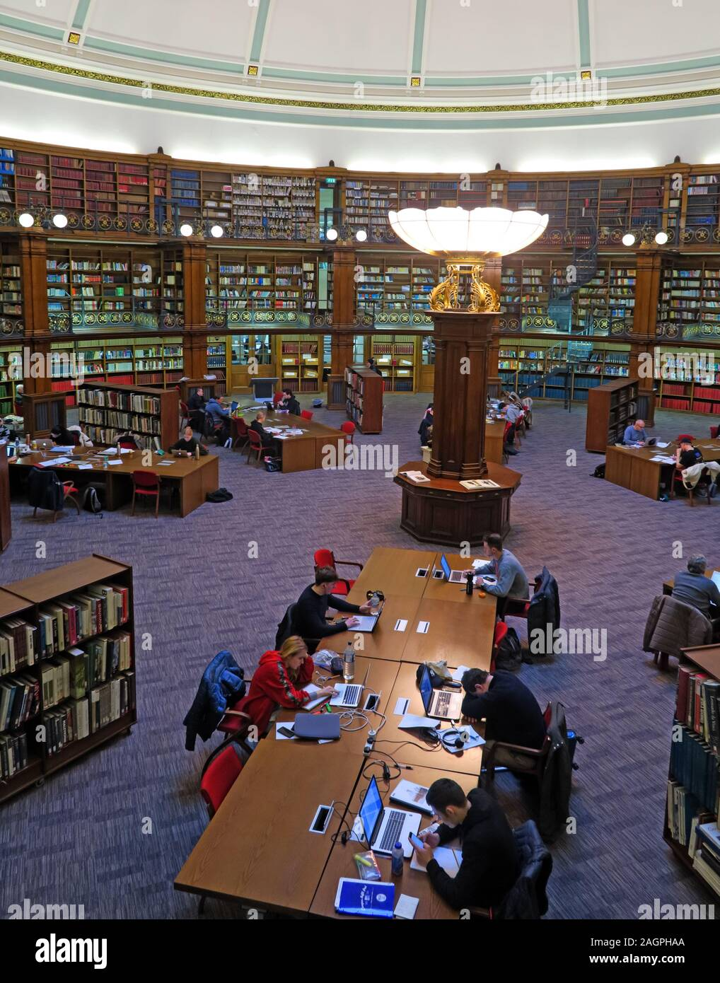 Dieses Stockfoto: Leser in Liverpool Central Library, William Brown St, Liverpool, England, UK, L3 8EW - 2AGPHA