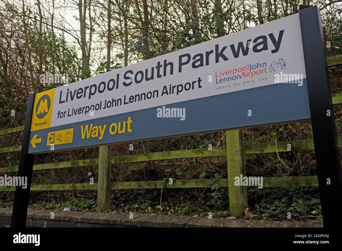 Dieses Stockfoto: Liverpool South Parkway, zum Flughafen Liverpool John Lennon, Merseyrail, Garston, Merseyside, North West England, UK-LPY - 2AGPHA