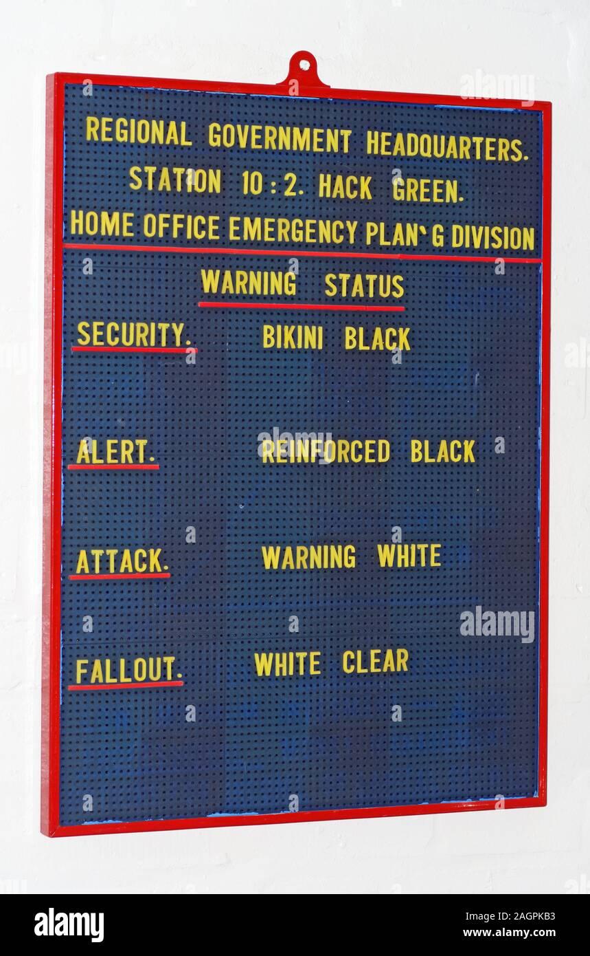 Dieses Stockfoto: Hack Green Secret Regierung Bunker Sicherheitsstatus - Bikini Black, verstärkt Schwarz, Warnung Weiß, Fallout Weiß klar - 2AGPKB