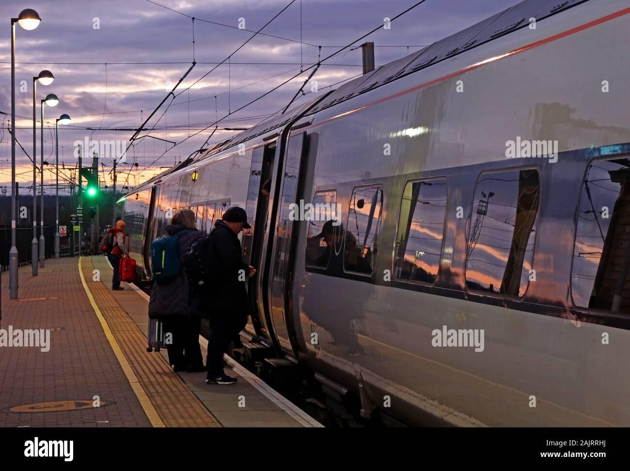 Dieses Stockfoto: Einsteigen in ein Avanti Westküste, WCML, West Coast Mainline - rebrand für FirstGroup TrenItalia, Austausch Virgin Trains Dez 2019, in Warrington Station - 2AJRRH