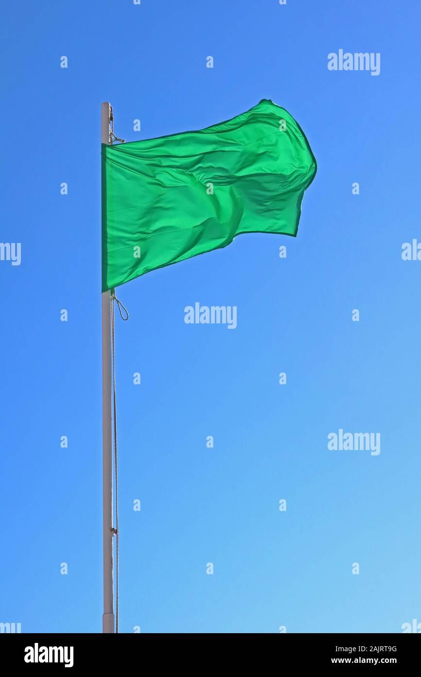 Dieses Stockfoto: Grüne Flagge, grün für, Beach flag, sicher für Baden - geringe Gefahr, ruhigen Bedingungen - 2AJRT9
