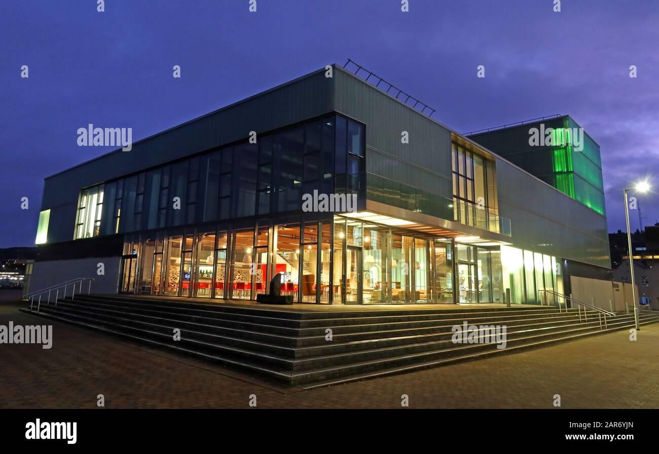 Dieses Stockfoto: Beacon Arts Center, Greenock's Custom House Quay, Inverclyde, Schottland, Großbritannien nachts, 2013 eröffnet, Theater, Multifunktional Gallery Suite - 2AR6YJ