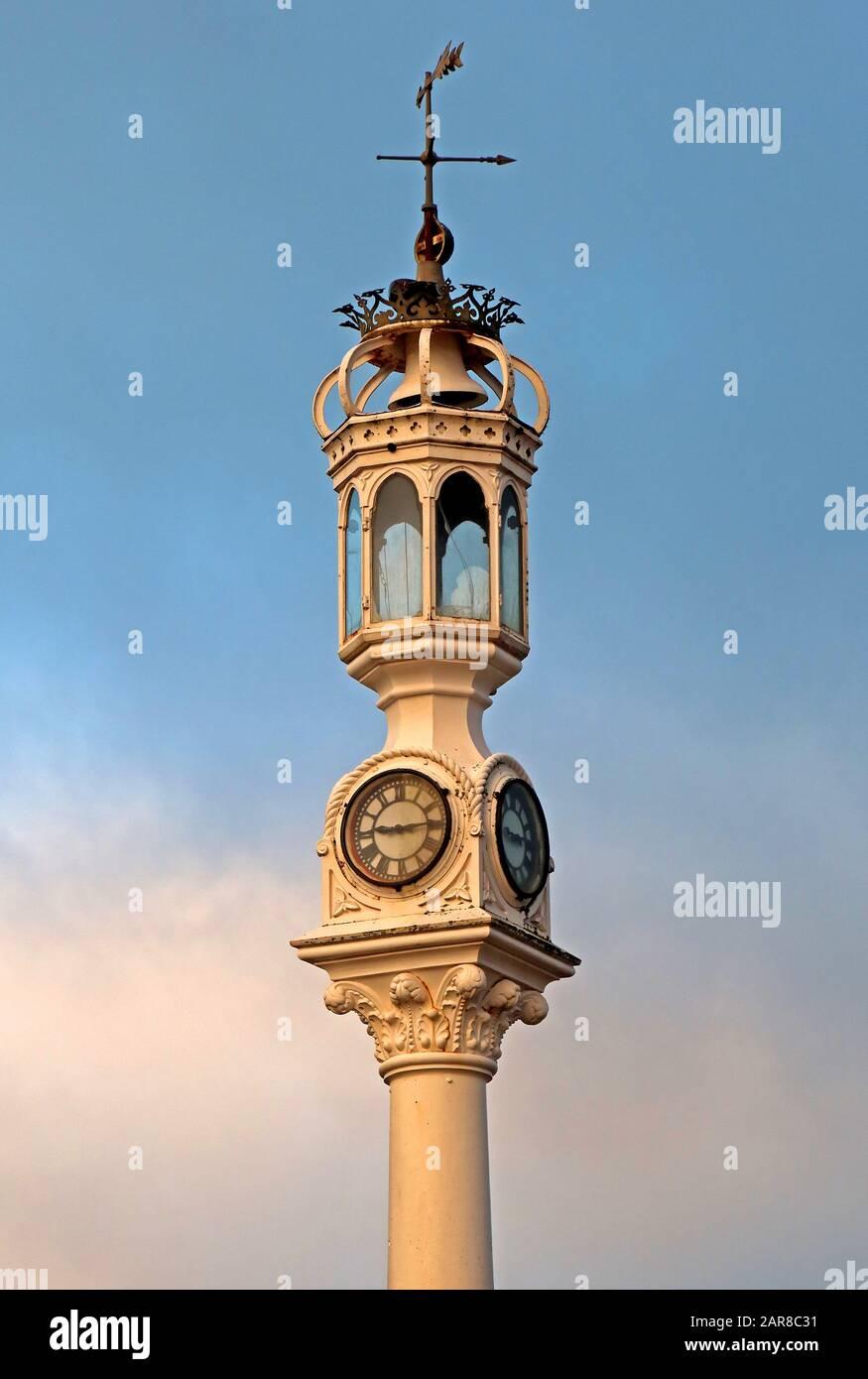 Dieses Stockfoto: Uhr, Leuchtturm, Nebelglocke, am Custom House Quay, Greenock, Inverclyde, Renfrewshire, Schottland, Großbritannien, PA15 1EQ - 2AR8C3