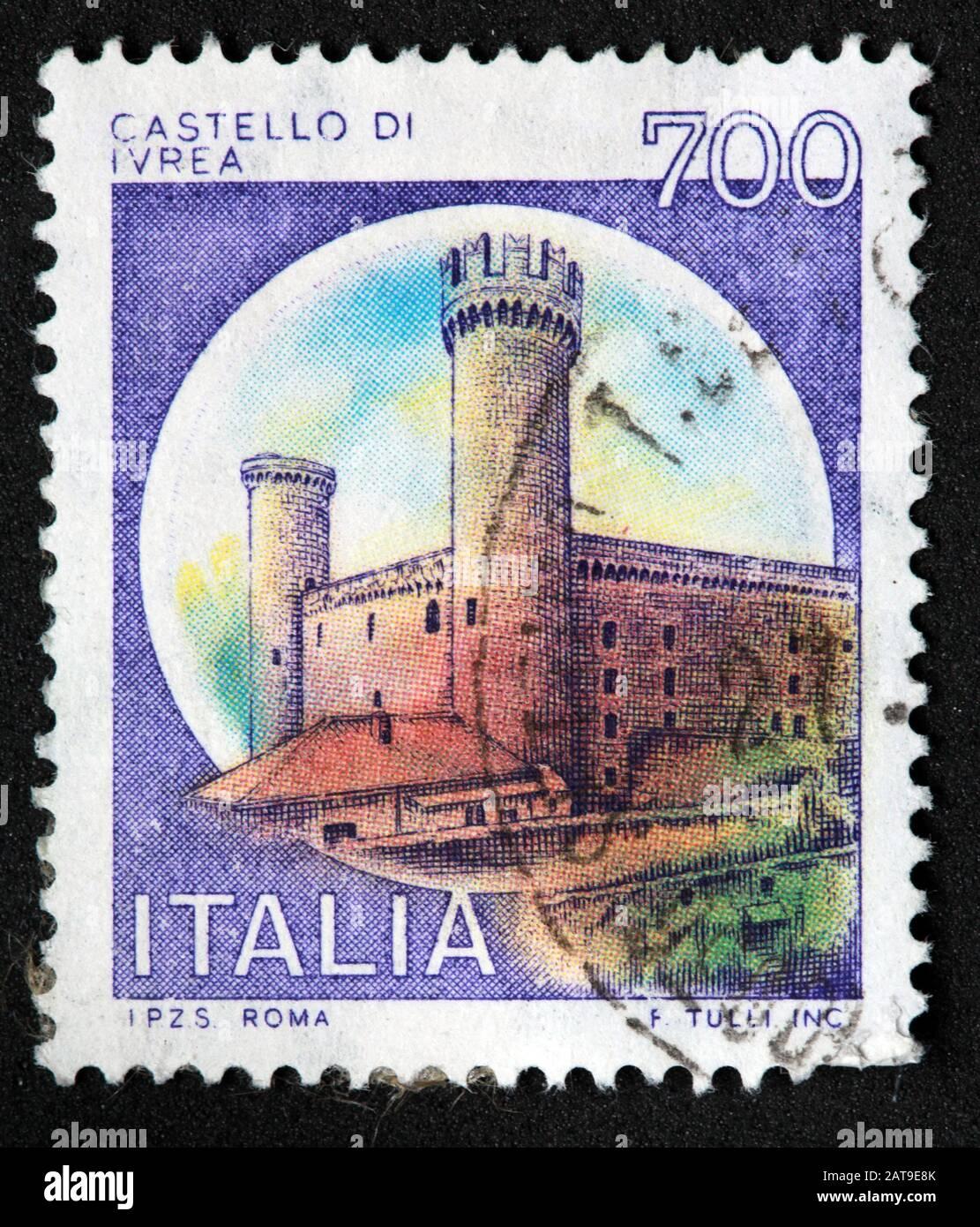 Dieses Stockfoto: Italienische Briefmarke, poste Italia verwendete und bestochte Stempel, Schlösser Italiens, Italia 700lire Castello Di Ivrea - 2AT9E8