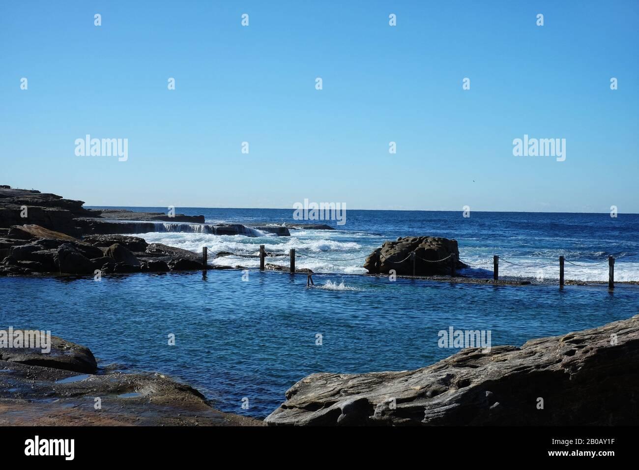 schwimmen-im-blauen-rechteck-des-mahon-pools-am-rande-australiens-unter-einem-wolkenlosen-blauen-himmel-2b0ay1f.jpg