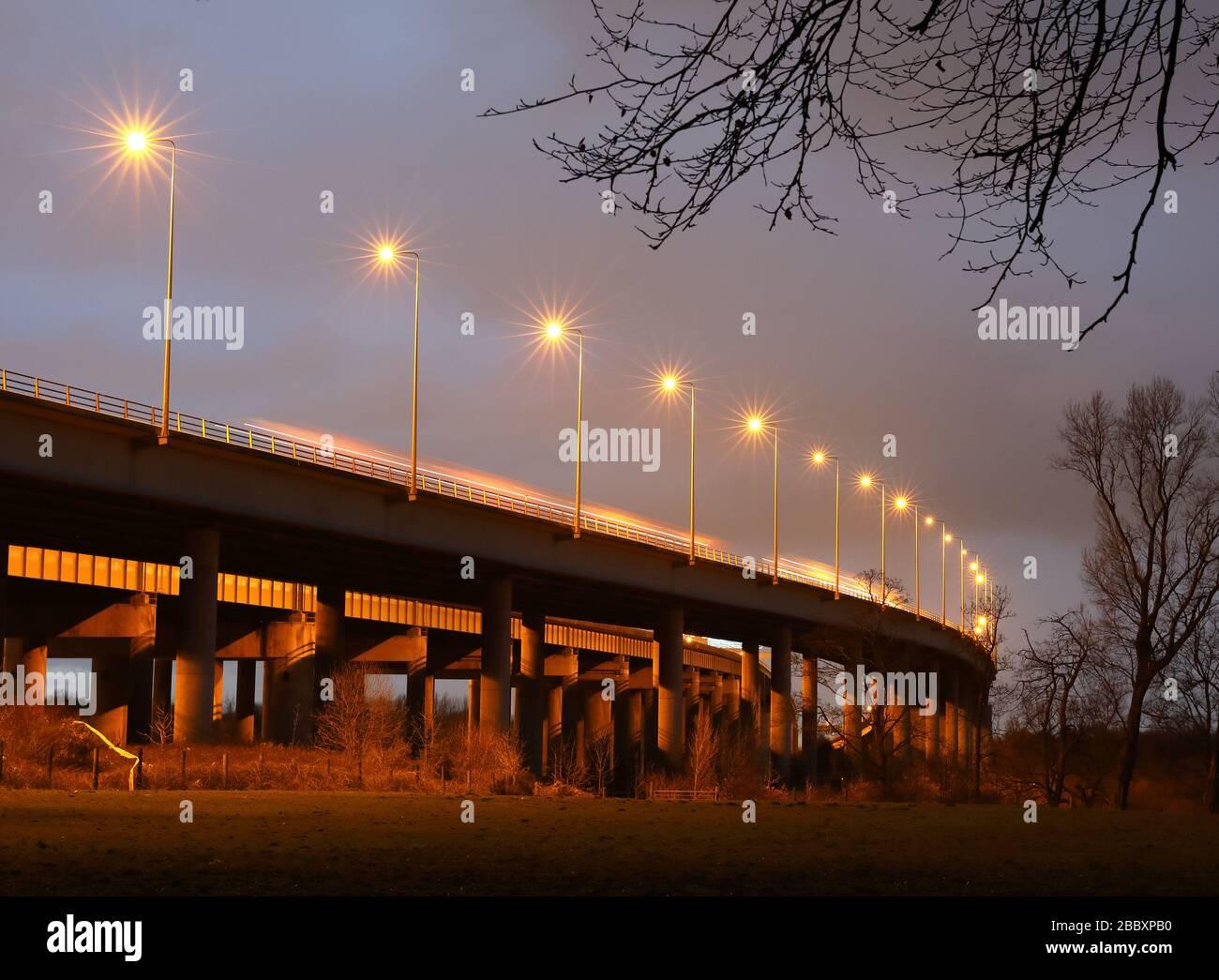 Dieses Stockfoto: M6 Thelwall Stahlverbundträger Viadukt, - 2BBXPB