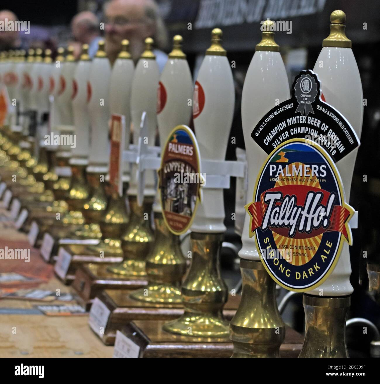 Dieses Stockfoto: Tally Ho, Strong Dark Ale, Champion Winter Beer of Britain, beim Manchester Beer Festival, Manchester Central 2017 - 2BC399