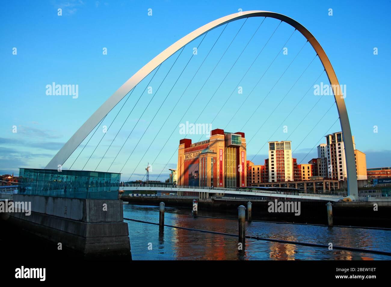 Dieses Stockfoto: Tyne River, Newcaste upon Tyne, Gateshead, Sage und Flussufer, Abend, NE England, Großbritannien, Brücken, Gateshead Millennium Bridge - 2BEW1E