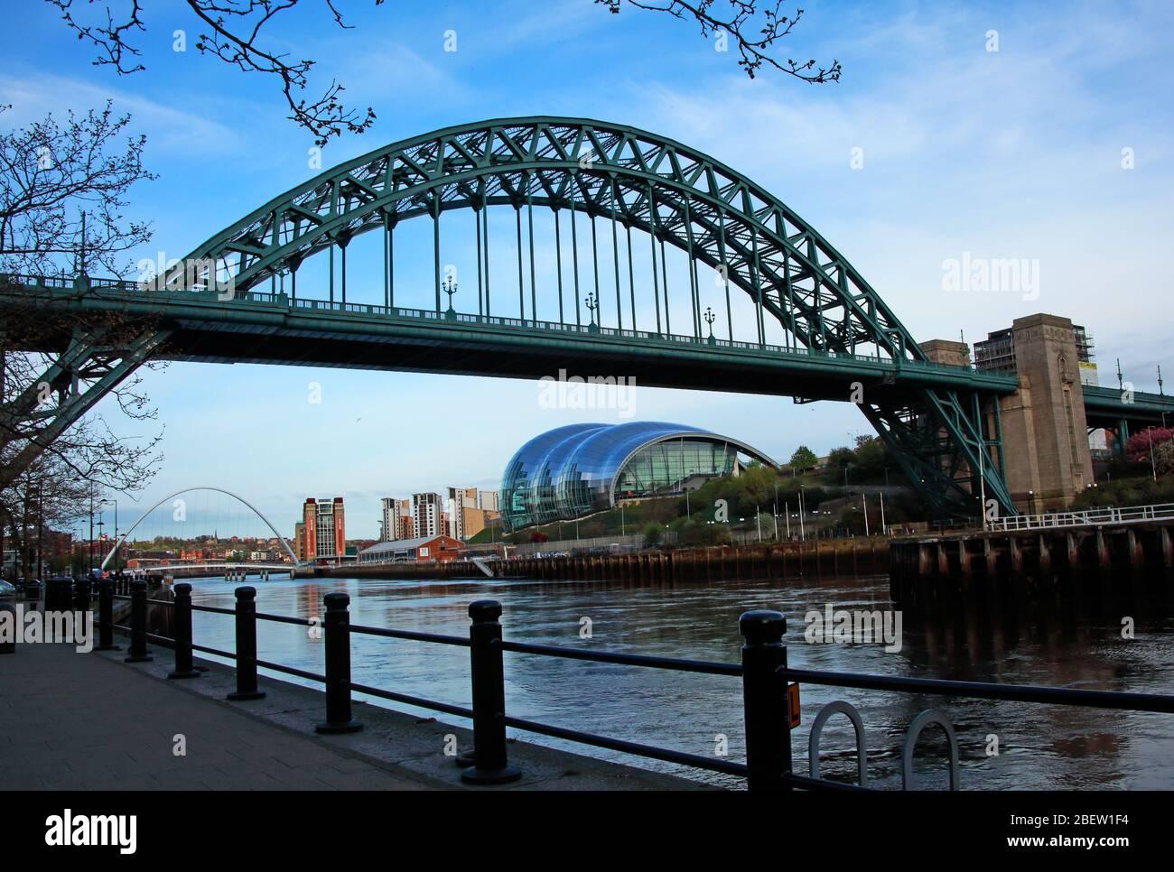 Dieses Stockfoto: Tyne River, Newcaste upon Tyne, Gateshead, Sage und Flussufer, Abend, NE England, Großbritannien, Brücken - 2BEW1F
