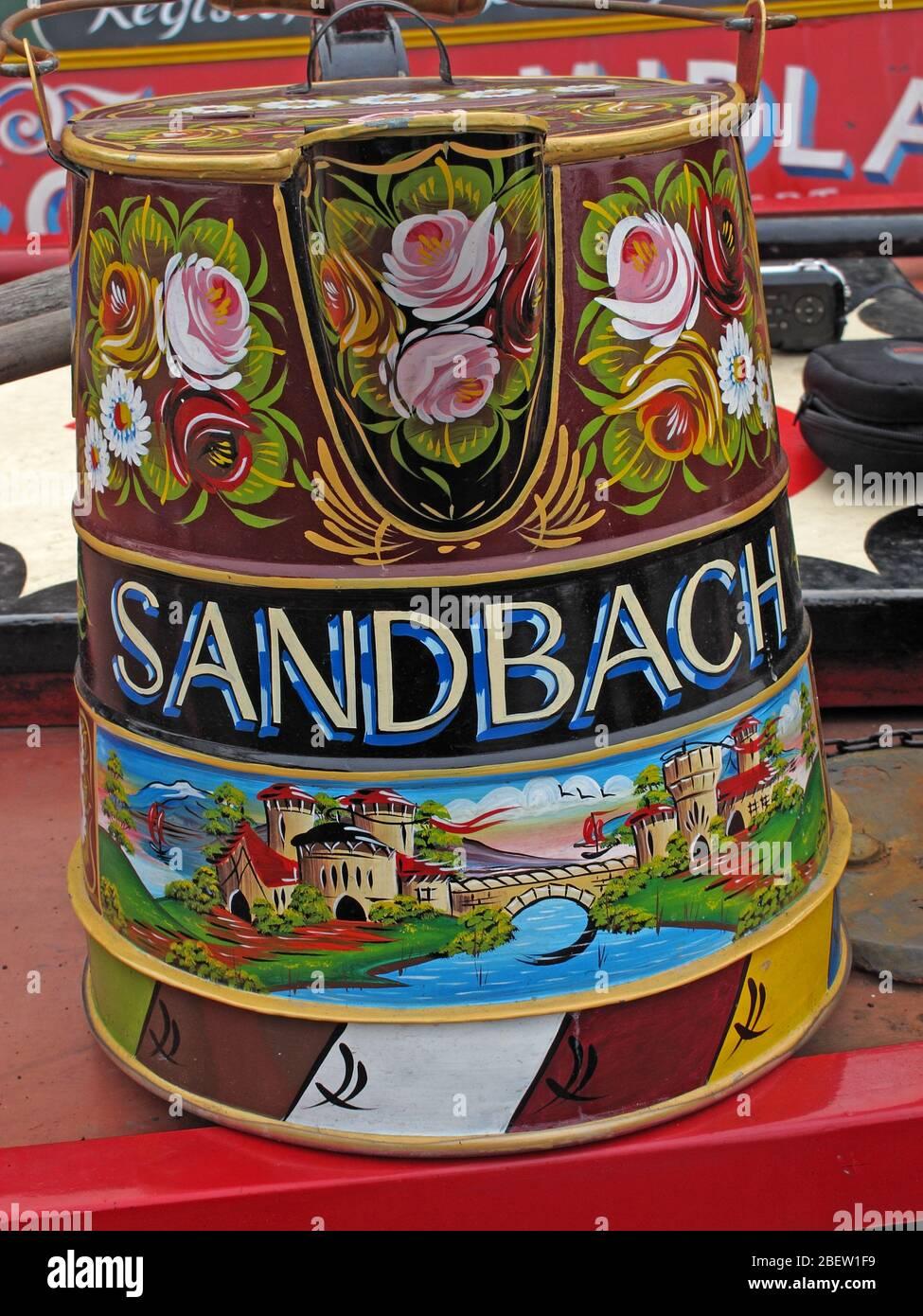 Dieses Stockfoto: Kanal Wasserstraßen Eimer in Farbe gewidmet Sandbach, Cheshire, England, Großbritannien dekoriert - 2BEW1F