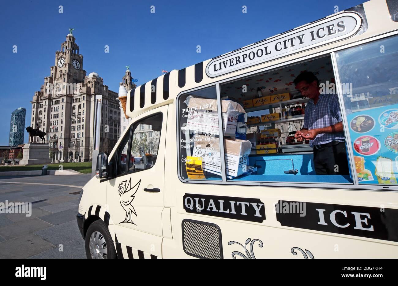 Dieses Stockfoto: Liverpool City ICES, Eisdiele, am Pier Head Ufer, mit Royal Liver Building, Stadtzentrum, Liverpool, Merseyside, England, UK, L3 1HU - 2BG7KH