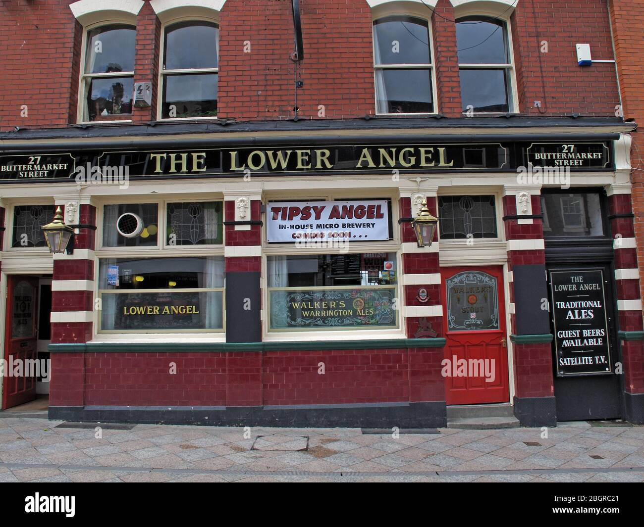 Dieses Stockfoto: The Lower Angel Pub, Buttermarket Street, Warrington Town Centre, Cheshire, England, Großbritannien, WA1 - 2BGRC2