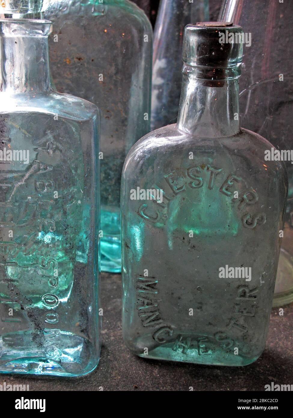 Dieses Stockfoto: Viktorianische Glas Milch und Medizin Flaschen, recyclebar - 2BKC2C