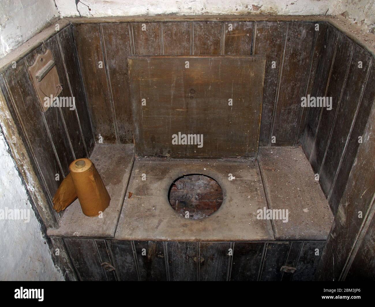 Dieses Stockfoto: Viktorianisches einfaches Holz privy Toilette, WC, Wasserschrank, mit Toilettenpapier - 2BM3JP