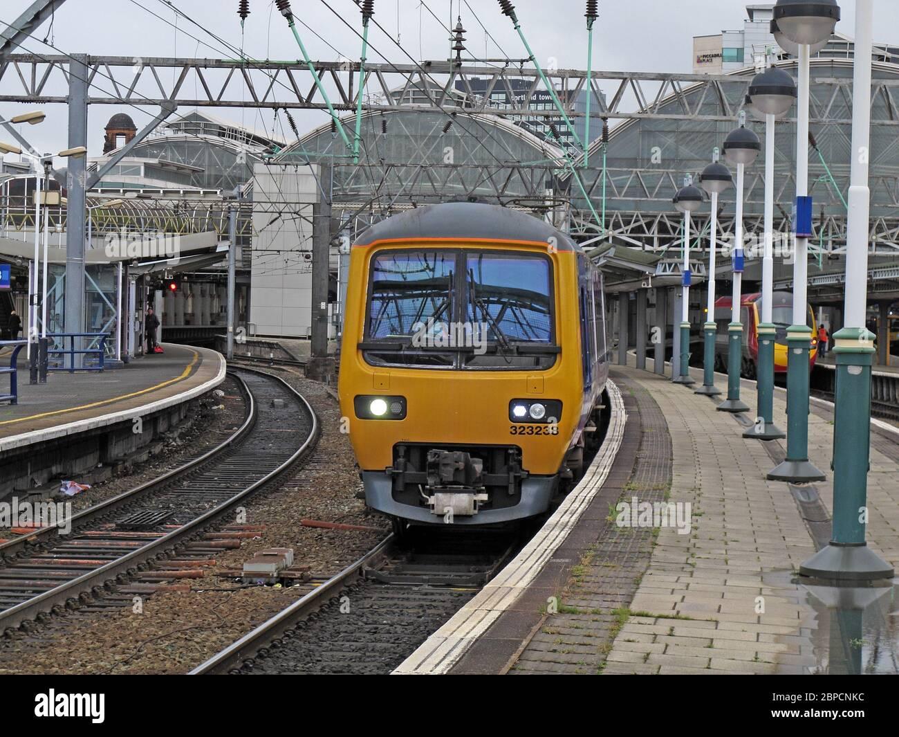 Dieses Stockfoto: EMU 323238 Verlassen Manchester Piccadilly Bahnhof, Lancashire, England, Großbritannien - 2BPCNK