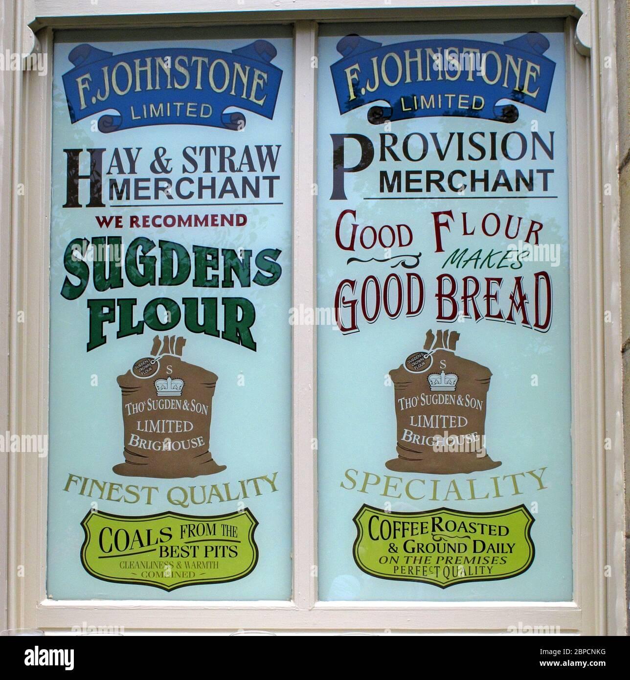 Dieses Stockfoto: F.Johnstone Limited, Hay und Stroh Händler, Bestimmungen, empfehlen Sugdens Mehl, Brighouse, Yorkshire, England, Großbritannien, Werbung - 2BPCNK