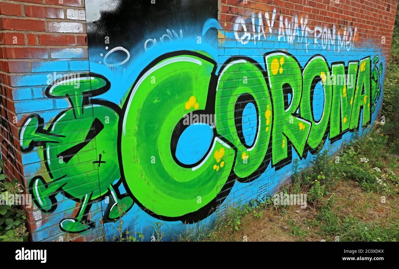 Dieses Stockfoto: Corona Virus Bleiben Sie weg von mir, Spray-Lackkunst, für Covid-19 Pandemie 2020 Sperre, Infektionen, Todesfälle, Warrington, Cheshire, England, Großbritannien - 2C0XDK