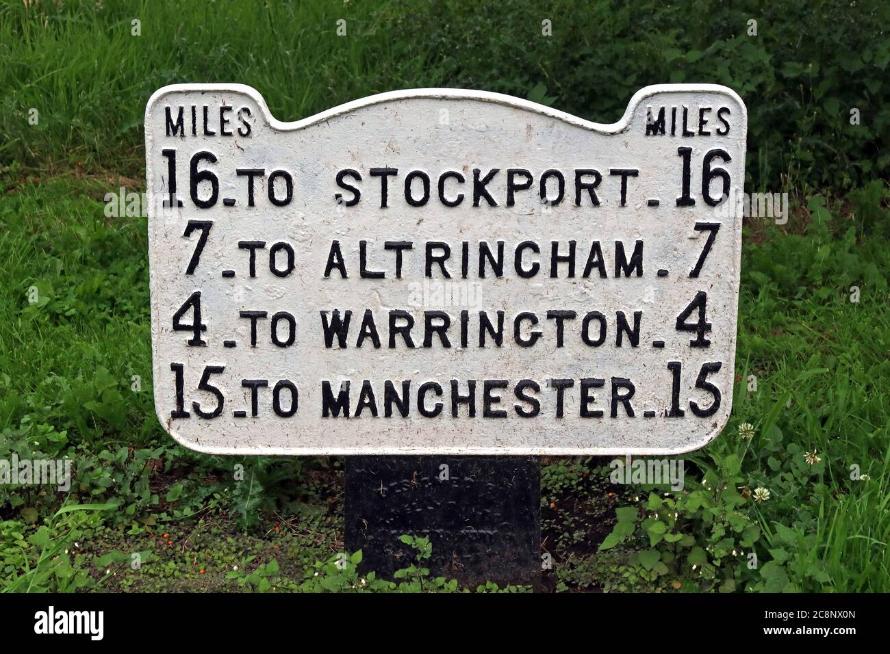 Dieses Stockfoto: Entfernungen von Lymm Village, Warrington, nach Stockport, altrincham, Warrington, Manchester, schwarze Buchstaben auf weißem Hintergrund - 2C8NX0