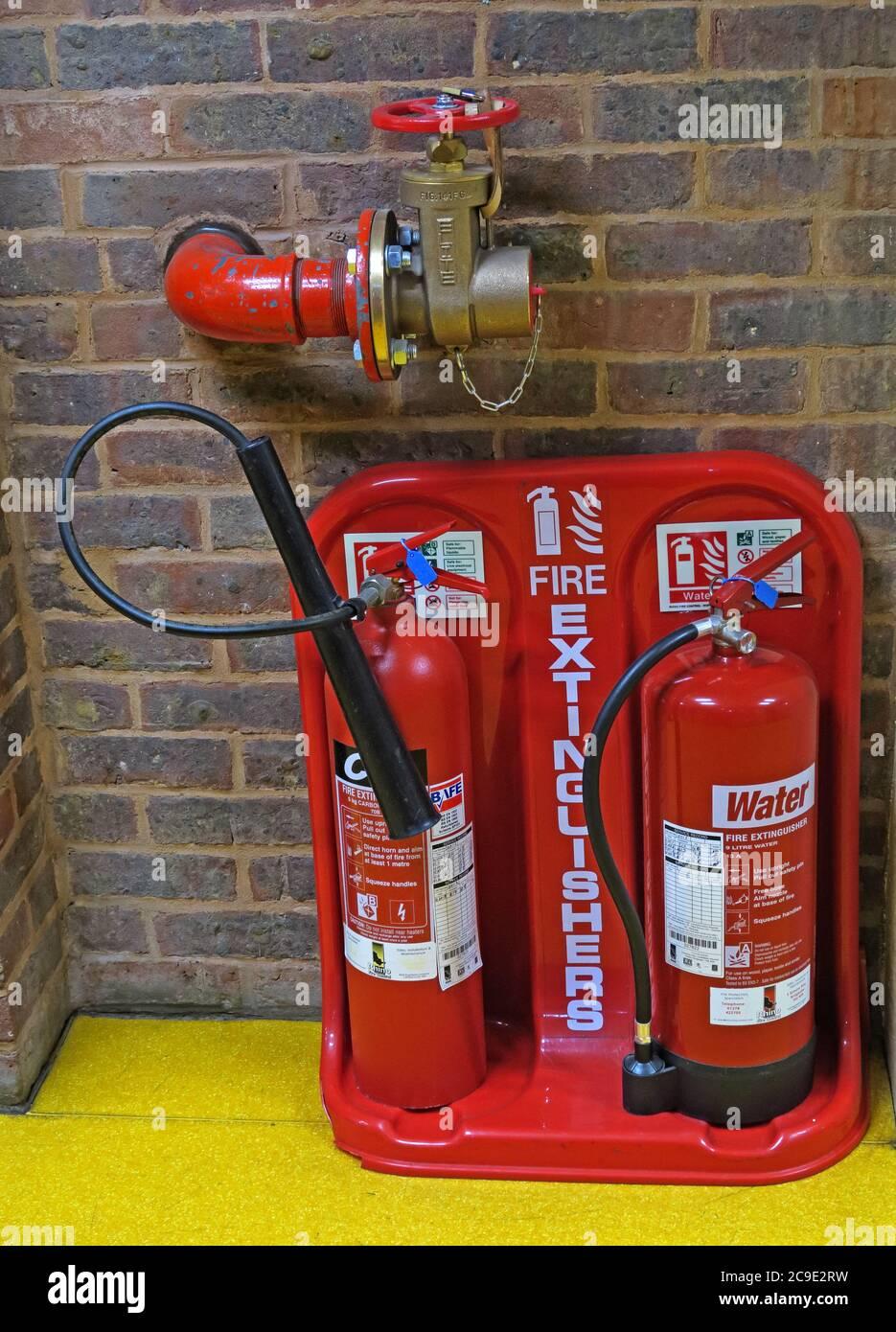 Dieses Stockfoto: Hydrantenarmatur und Feuerlöscher-Station, in einem öffentlichen Gebäude, England, Großbritannien - Wasser - 2C9E2R