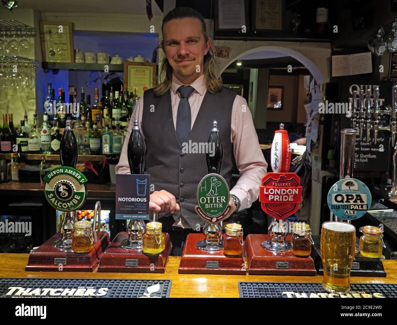 Dieses Stockfoto: Barman, Ring of Bells Pub, 16-17 St James St, Taunton, South West England, Großbritannien, TA1 1JS - 2C9E2W