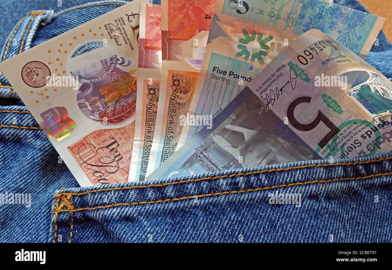 Dieses Stockfoto: Britische Sterling-Noten in der Rückseite einer Jeans-Tasche, fünf Pfund, zehn Pfund, zwanzig Pfund, Note, schwarze Wirtschaft, Zahlung, Schottland, schottisches Geld - 2CBET9