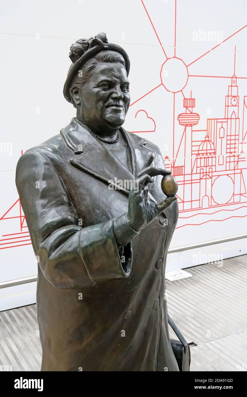 Dieses Stockfoto: Bessie Braddock hält eine Eierstatue, Lime Street Station, Liverpool, Gedenkstatue - 2DA91G