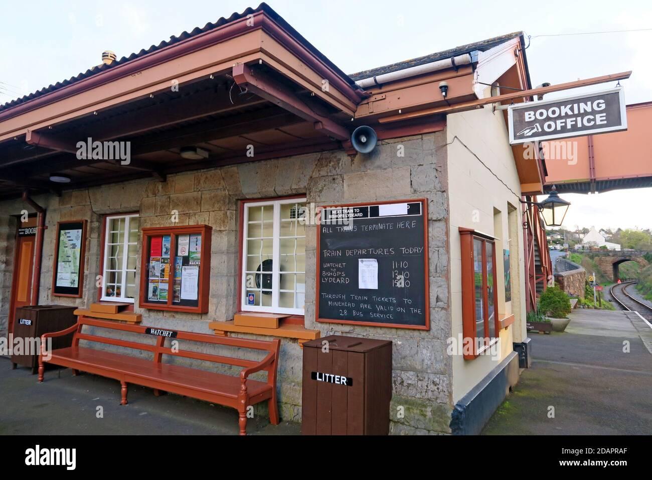 Dieses Stockfoto: Watchet Station Buchungsbüro, Zug Zeiten Bord, West Somerset Railway, Somerset, South West England, Großbritannien - 2DAPRA