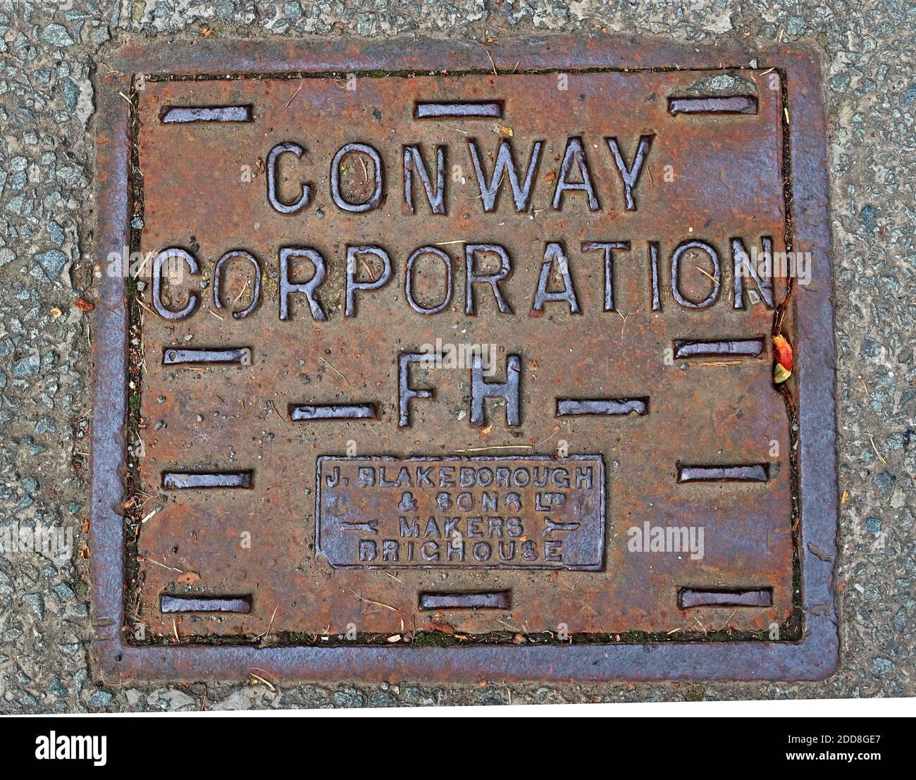 Dieses Stockfoto: Conway Corporation FH, Conwy Corporation FH, Hydrantenabdeckung, Eisenwerk, Blakeborough, Makerinnen Brighouse - 2DD8GE