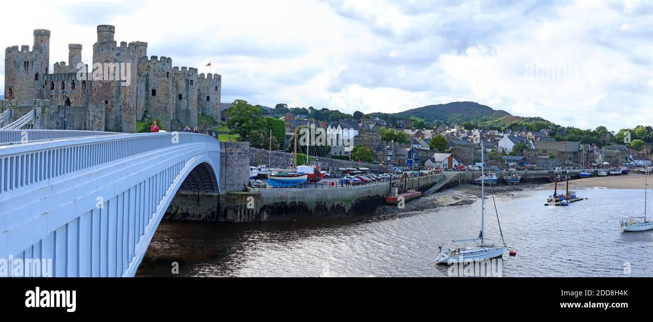 Dieses Stockfoto: Conwy Harbour, River Conwy Panorama, North Wales, Großbritannien, Conwy Castle, historische Brücke, Hafen, Boote, Stadt und Bergkulisse - 2DD8H4