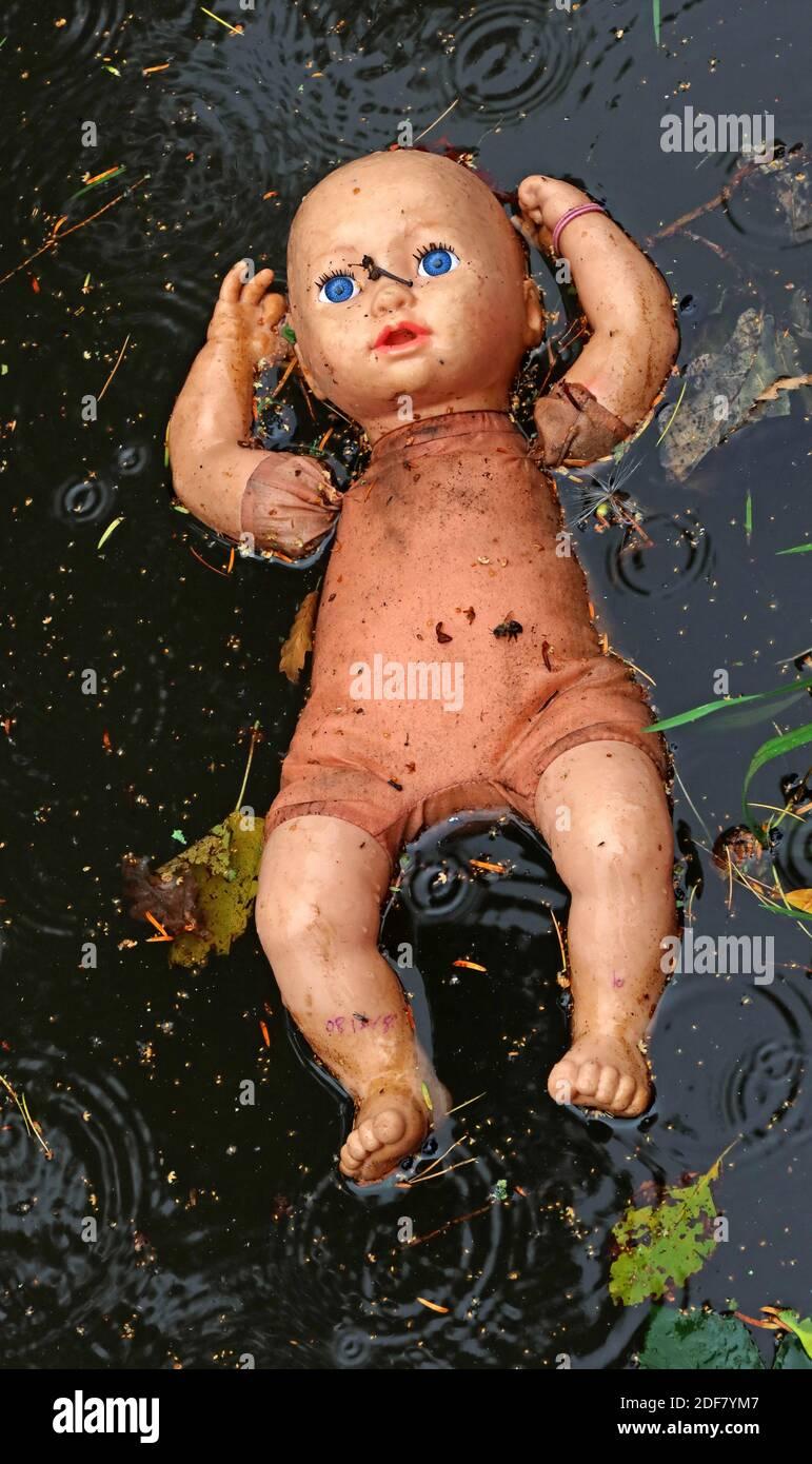 Dieses Stockfoto: Gruselige Puppe, treiben im Kanal, Bridgewater Kanal, höher Walton, Warrington, Cheshire, England, WA4 - 2DF7YM