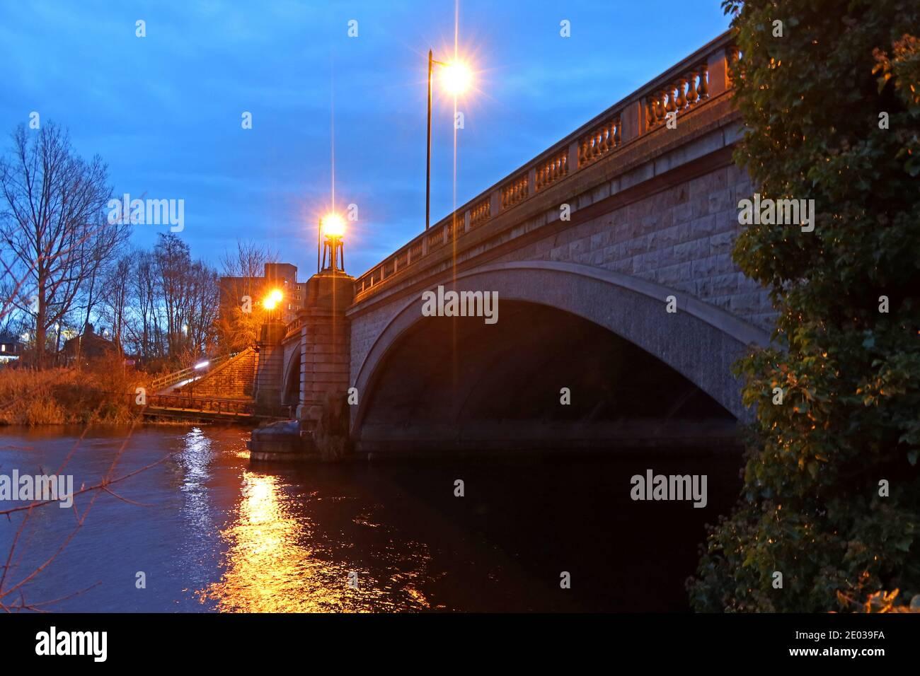 Dieses Stockfoto: Kingsway Bridge, Westy, Überquerung des Mersey River, A50, Warrington, Dämmerung, Nacht, Cheshire, England, Großbritannien - 2E039F
