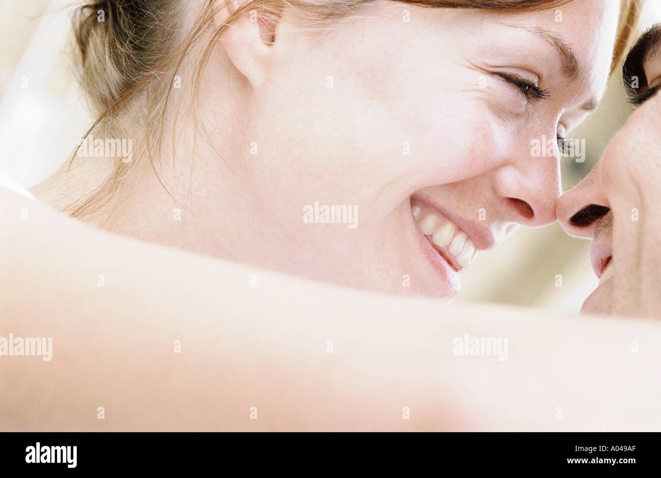 Detail der junge paar Köpfe zusammen auf der Suche in jedem anderen Augen hautnah Stockbild