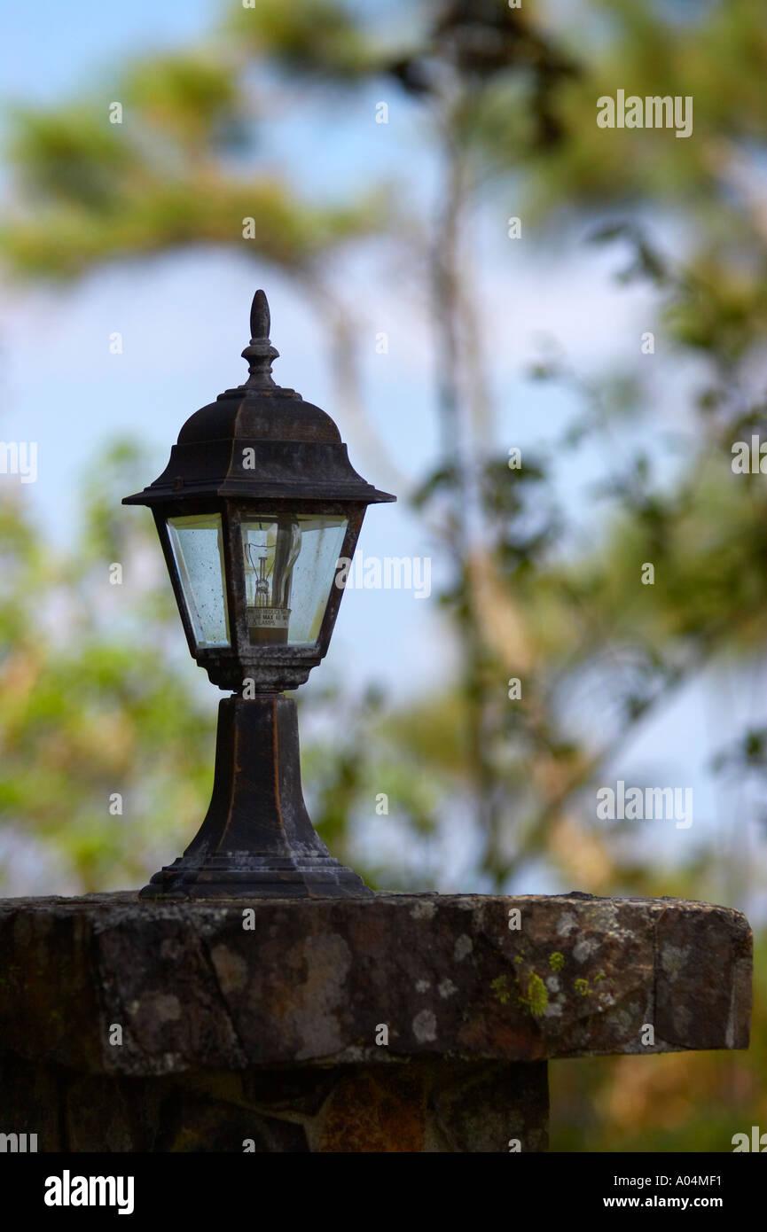 lampe auf einem zaun stand als wachposten auf einem grundst ck in cerro azul panama. Black Bedroom Furniture Sets. Home Design Ideas