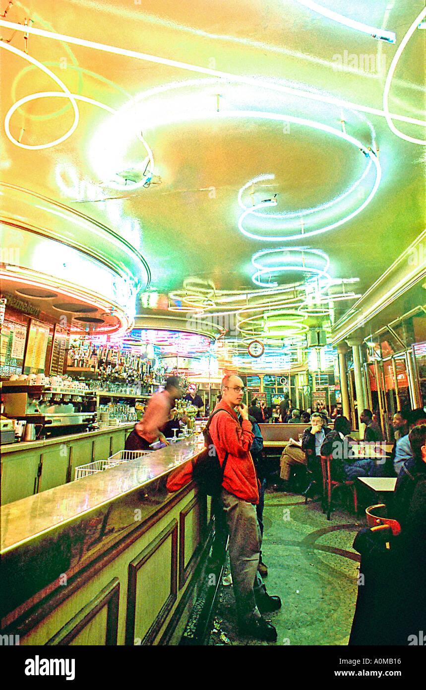 """Menschen in Französisch Bars, Paris Frankreich, 1950er Jahre Modern Style Cafe Bar Bereich Belleville """"Aux Stockbild"""