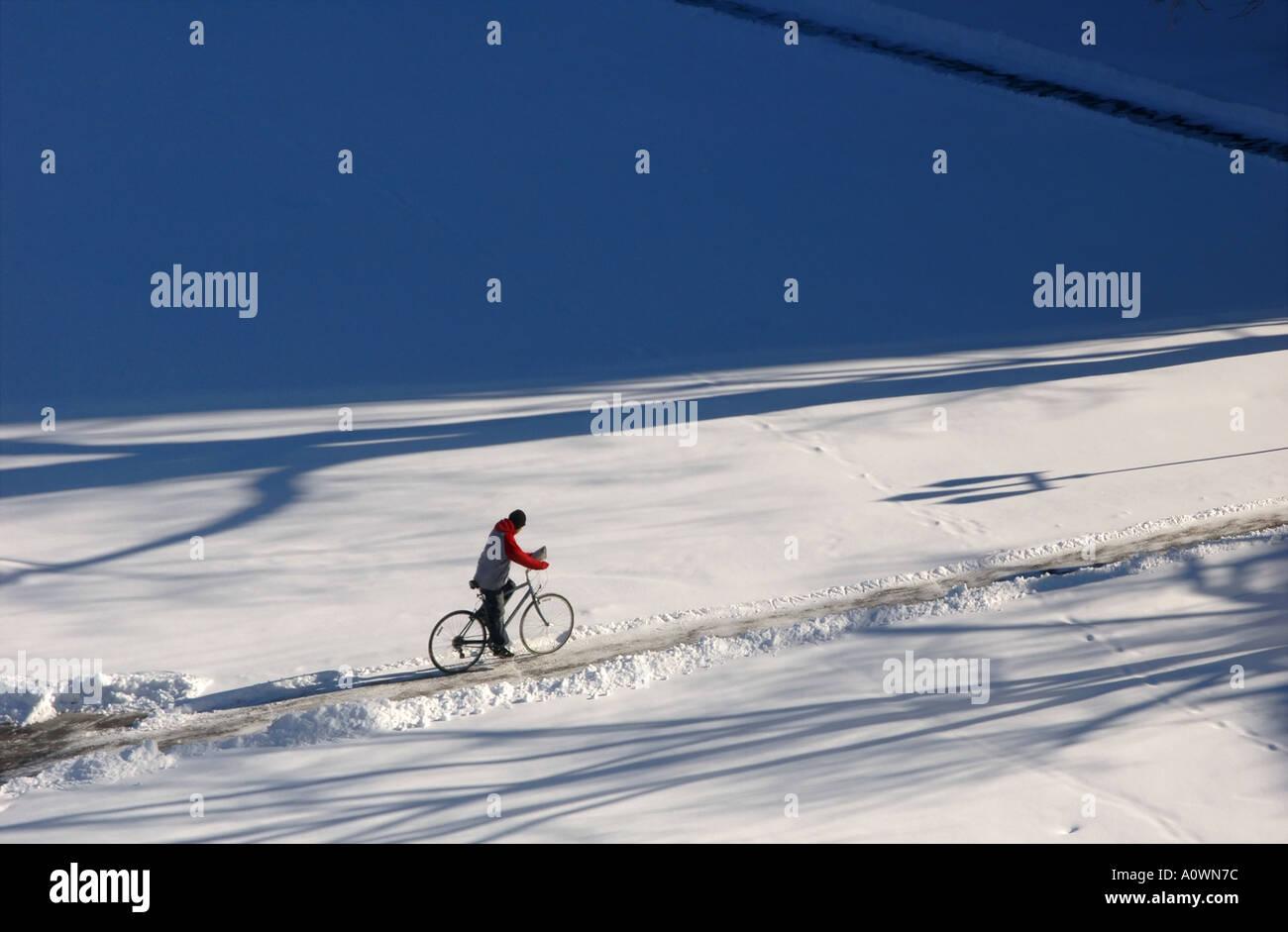Bike-Fahrer im Schnee Stockbild