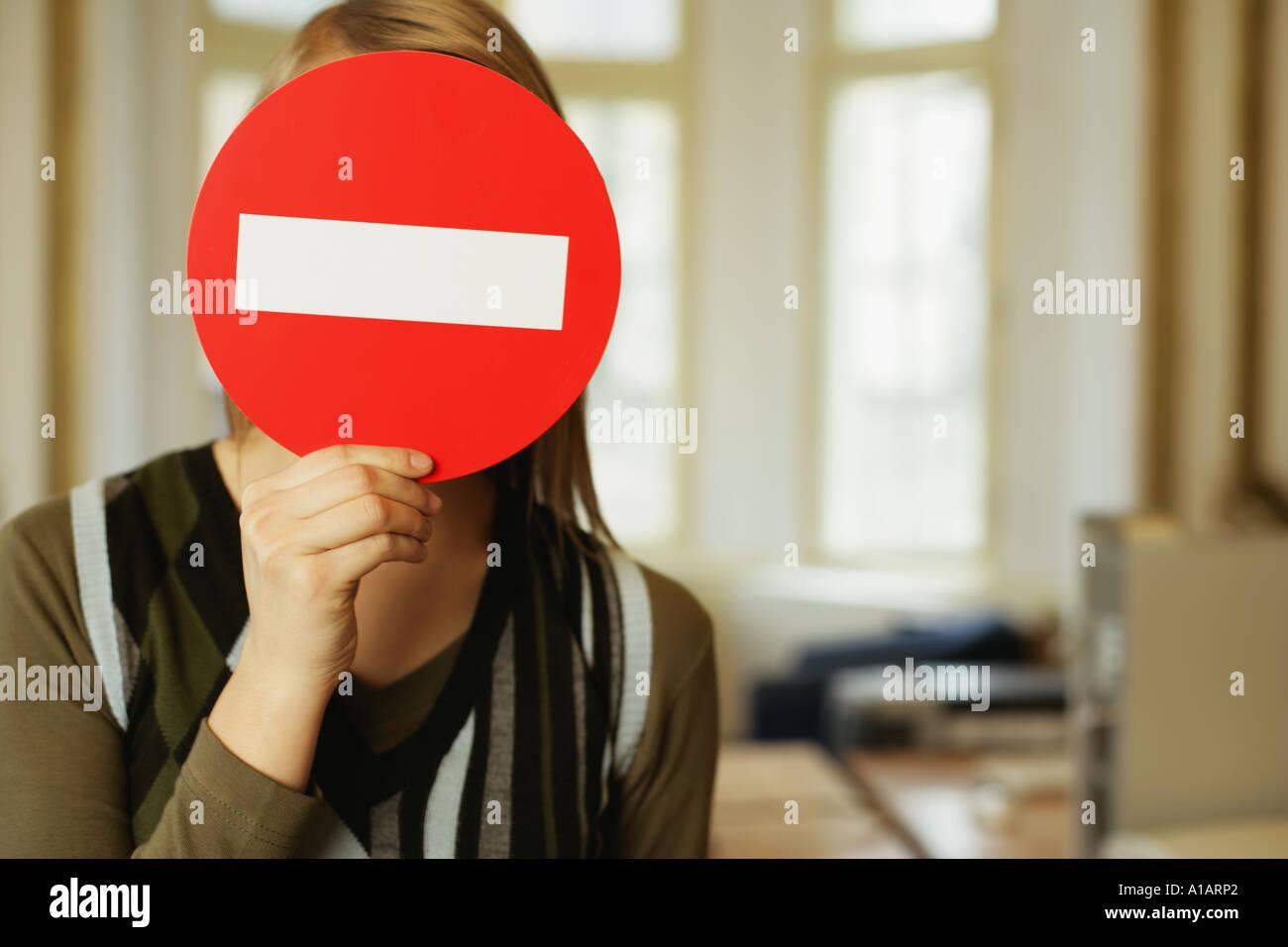 Frau bedeckte ihr Gesicht mit einem kein Eintrag melden Stockbild