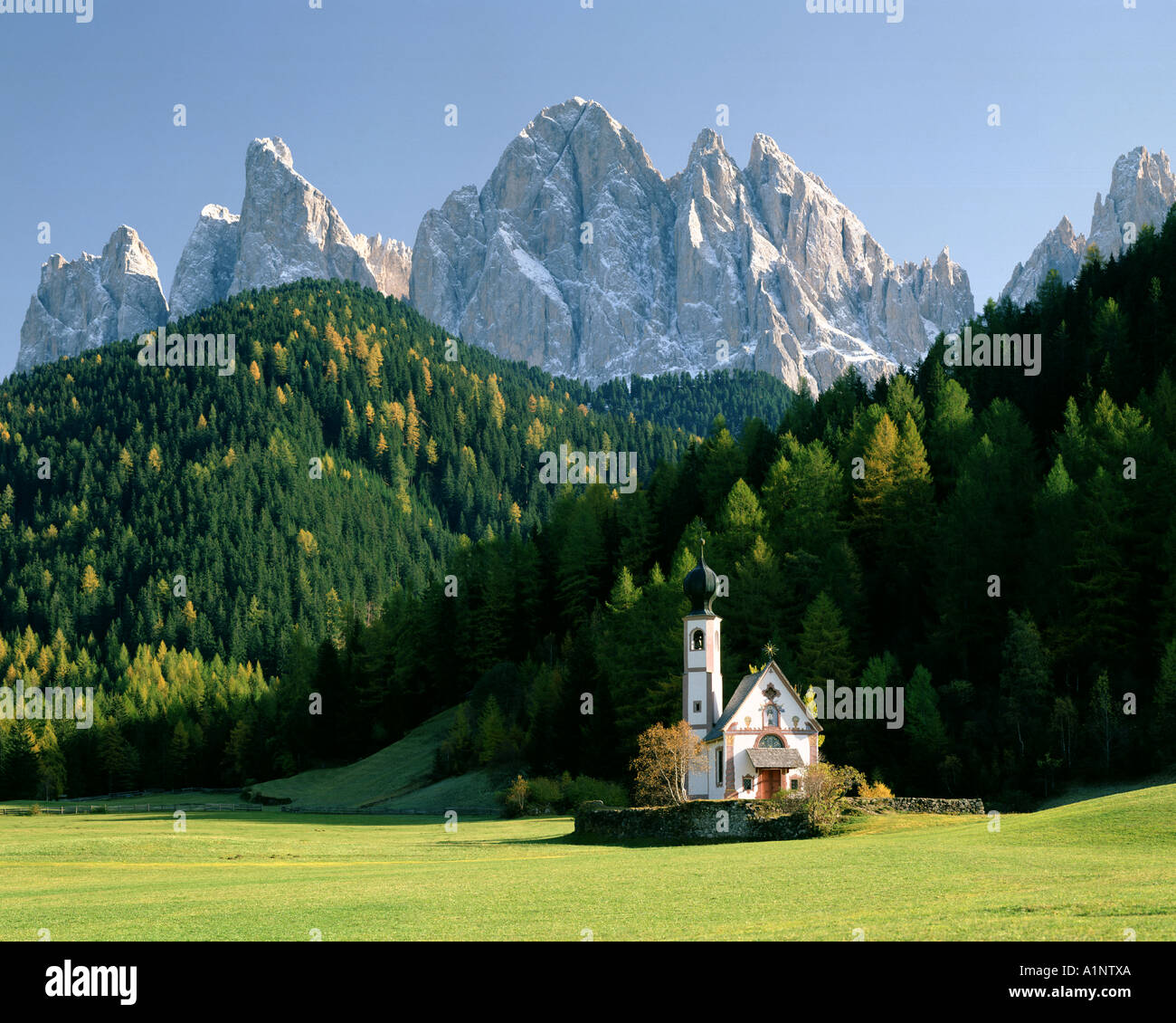 ES - TRENTINO St. Johann in Ranui im Villnöss Tal oder Val di Funes Stockbild